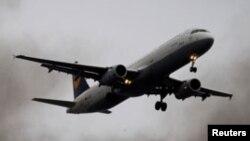 Un avion en plein vol