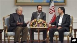 BMT va Arab Ligasining Suriya bo'yicha maxsus vakili Laxdar Braximiy (chapda) Eron prezidenti Mahmud Ahmadinejod (o'ngda) bilan uchrashuv chog'ida, Tehron, 14-oktabr, 2012-yil.