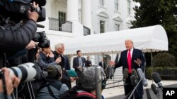 Presidente Donald Trump habla con periodistas antes de salir de la Casa Blanca a un viaje para ver el partido de campeonato nacional College Football Playoff entre LSU y Clemson en Nueva Orleans, Luisiana.