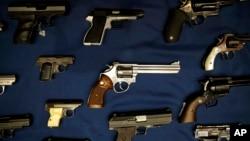 Những khẩu súng bị cảnh sát tịch thu được trưng bày trong một buổi họp báo ở New York. Hình minh họa.