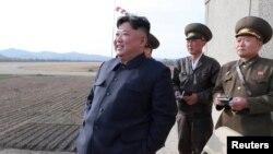 Kuzey Kore resmi haber ajansı tarafından servis edilen ve Kuzey Kore lideri Kim Jong Un'u iki gün önce bilinmeyen bir yerde gösteren bir fotoğraf