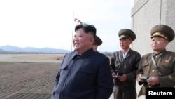 Le dirigeant nord-coréen Kim Jong Un, accompagné de deux responsables militaires16 avril 2019.