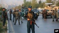 Lực lượng an ninh Afghanistan đứng gác sau vụ tấn công vào trường Đại học Mỹ của Afghanistan ở Kabul, 25/8/2016.