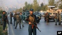아프가니스탄 수도 카불에 있는 아메리칸대학이 24일 무장괴한들의 공격을 받아 수십명의 사상자가 발생했다. 25일 군인들이 학교 입구를 지키고 있다.