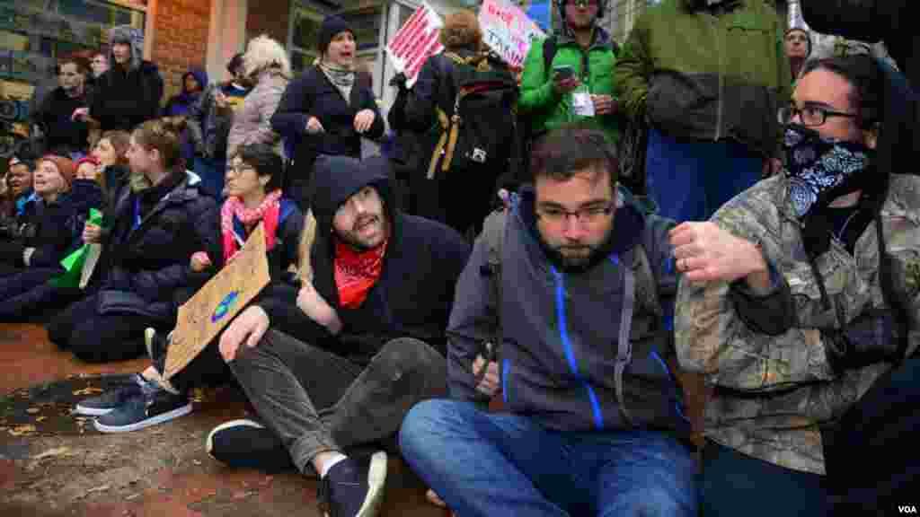 Протестующие заблокировали пункт прохода в гостевую зону
