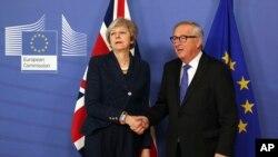 테레사 메이 영국 총리(왼쪽)와 장 클로드 융커 EU 집행위원장이 7일 벨기에 브뤼셀의 EU 집행위원회 본부에서 만나고 있다.