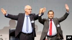 Mohammed Chouaib, pemimpin delegasi pemerintah yang diakui internasional di kota Tobruk, Libya, kiri, dan Dr. Saleh Almkhozom, Wakil Ketua Kongres Nasional Umum Libya.