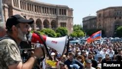 阿美尼亞反對黨領袖帕希尼揚在首都埃里溫的一個集會上向支持者講話。(2018年4月26日)