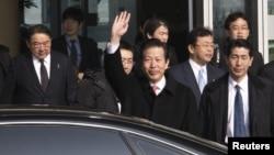 Đặc sứ Natsuo Yamaguchi (giữa) tại Sân bay Quốc tế Bắc Kinh, ngày 22/1/2013.