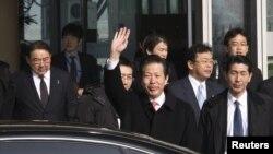 日本執政黨的特使山口那津男(中)星期二抵達北京
