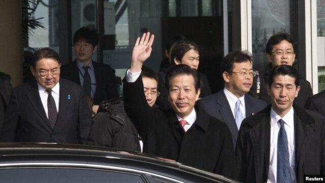 Ông Natsuo Yamaguchi (giữa) cùng với Đại sứ Nhật tại Trung Quốc Masato Kitera (trái) và những người trong đoàn tại sân bay quốc tế ở Bắc Kinh