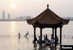 长江的武汉江段涨水(2015年6月19日)