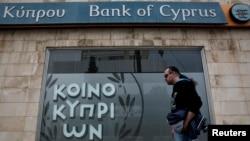 Salah satu cabang Bank of Cyprus di Nicosia (foto: dok). Siprus akan memungut pajak 47,5 persen dari rekening pemilik deposito terbesar.