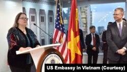 Tổng lãnh sự Mỹ tại TP HCM Marie Damour (trái) phát biểu tại một buổi lễ kỷ niệm 20 năm thành lập Lãnh sự quán Mỹ tại Việt Nam hồi tháng 9 năm ngoái. Bà Damour hôm 23/7 nói rằng Việt Nam đóng góp cho an ninh của Mỹ khi hai nước kỷ niệm 25 năm bình thường hoá quan hệ ngoại giao.
