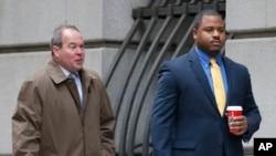 William Porter (derecha) uno de los seis oficiales de policía de Baltimore acusados en conexión con la muerte de Freddie Gray, camina hacia la corte acompañado de su abogado, Joseph Murtha, para la selección del jurado, el lunes, 30 de noviembre de 2015.
