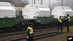 德国警察守卫在装有核废料的火车附近