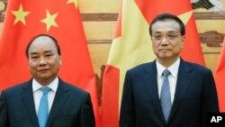 중국을 방문한 응웬 쑤언 푹 베트남 총리(왼쪽)가 12일 베이징에서 리커창 중국 총리와 회담했다.