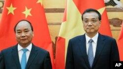 Thủ tướng Việt Nam Nguyễn Xuân Phúc và người đồng nhiệm Trung Quốc Lý Khắc Cường ở Bắc Kinh hôm 12/9/2016.