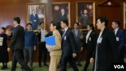 香港特首林鄭月娥出席立法會答問大會,步入會議廳前有多名民主派議員向她抗議,要求她下台。(美國之音湯惠芸拍攝)