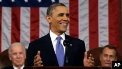 Presiden AS Barack Obama, dengan Wakil Presiden Joe Biden dan Ketua DPR John Boehner di belakangnya, menyampaikan pidato kenegaraan di hadapan anggota Kongres (12/2). (Foto: AP)