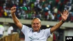Le sélectionneur du Nigeria, Gernot Roh, heureux après la qualification des Super Eagles pour le Mondial 2018, Uyo le 7 Octobre 2017 AFP PHOTO / PIUS UTOMI EKPEI