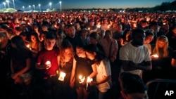 Miles de jóvenes asistieron a una vigilia en honor de las víctimas de la masacre en la escuela secundariaMarjory Stoneman Douglas, en Parkland, Florida.