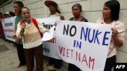 태국 방콕 주재 베트남 대사관 앞에서 원자력발전소 반대 집회를 열고있는 시위대. (자료사진)