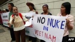 Nhóm Mạng lưới Nhân dân Chống Hạt nhân biểu tình trước Đại sứ quán Việt Nam ở Bangkok, Thái Lan, ngày 26/4/2011