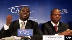 L'ex-chef de la rébellion ivoirienne, Guillaume Soro, avec le député Alain Lobognon (à droite), lors d'une conférence de presse à Paris, le 26 novembre 2004.