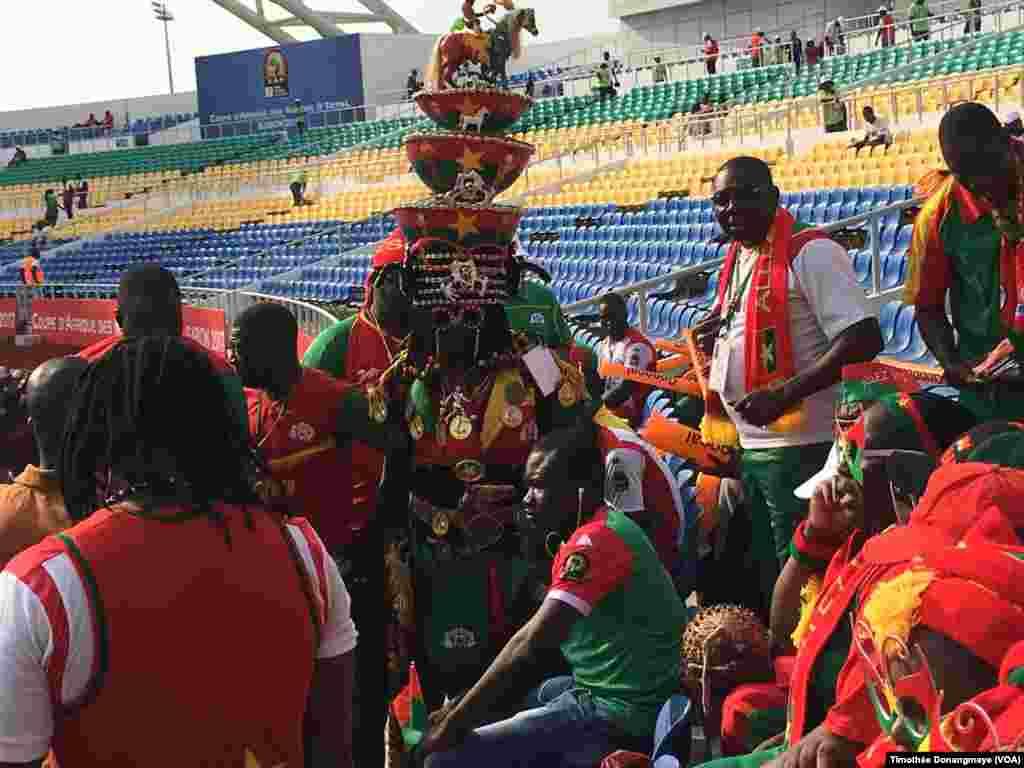 Un groupe de fans tunisiens au stade de l'Amitié, à Libreville, Gabon, 28 janvier 2017. (VOA/Timothée Donangmaye)