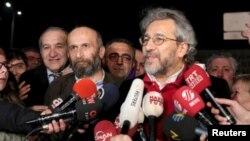 지난 4개월 간 수감되었다가 26일 석방된 언론인 칸 둔다르 씨(오른쪽)와 에르뎀 굴 씨가 터키 이스탄불 교도소 앞에서 기자회견을 하고 있다.