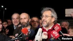 روزنامہ 'جمہوریت' کے مدیر اعلیٰ جان دوندار (دائیں) اور انقرہ کے بیورو چیف اردم گل۔ فائل فوٹو