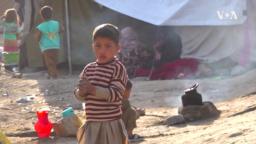 Anak-anak berkumpul menunggu pembagian bantuan pangan di kamp di Kabul, Afghanistan.