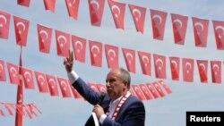 Cumhuriyyət Xalq partiyasının (CHP) 24 iyun prezident seçkilərində namizədi Muharrem İncə Samsunda mitinqdə çıxış edir, 19 may, 2018.