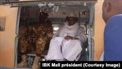 Le président Ibrahim Boubacar Keïta visite le village peul de Koulogon (centre) après une attaque, dans la région de Mopti, Mali, 4 janvier 2019. (Facebook/IBK Mali président)