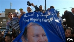 Demonstrasi pro-pemerintah dapat berlangsung di Algiers, Sabtu (5/3), sementara aparat membubarkan aksi protes pro-demokrasi. Para demonstran ini mengusung spanduk bergambarkan Presiden Aljazair Abdelaziz Bouteflika.