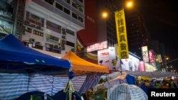 Người biểu tình cắm trại trên đường phố trong khu mua sắm Mongkok ở Hồng Kông, ngày 10/11/2014.