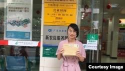 2019年5月30日广东学生家长欧阳牡丹在河源市长安街邮局营业处门前准备邮寄信息公开申请信函。