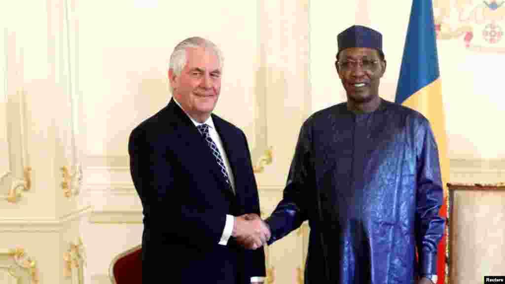 Rais Idriss Deby wa Chad akimkaribisha waziri wa mambo ya nchi za nje wa Marekani Rex Tillerson Ikulu mjini N'Djamena, Chad, March 12, 2018.