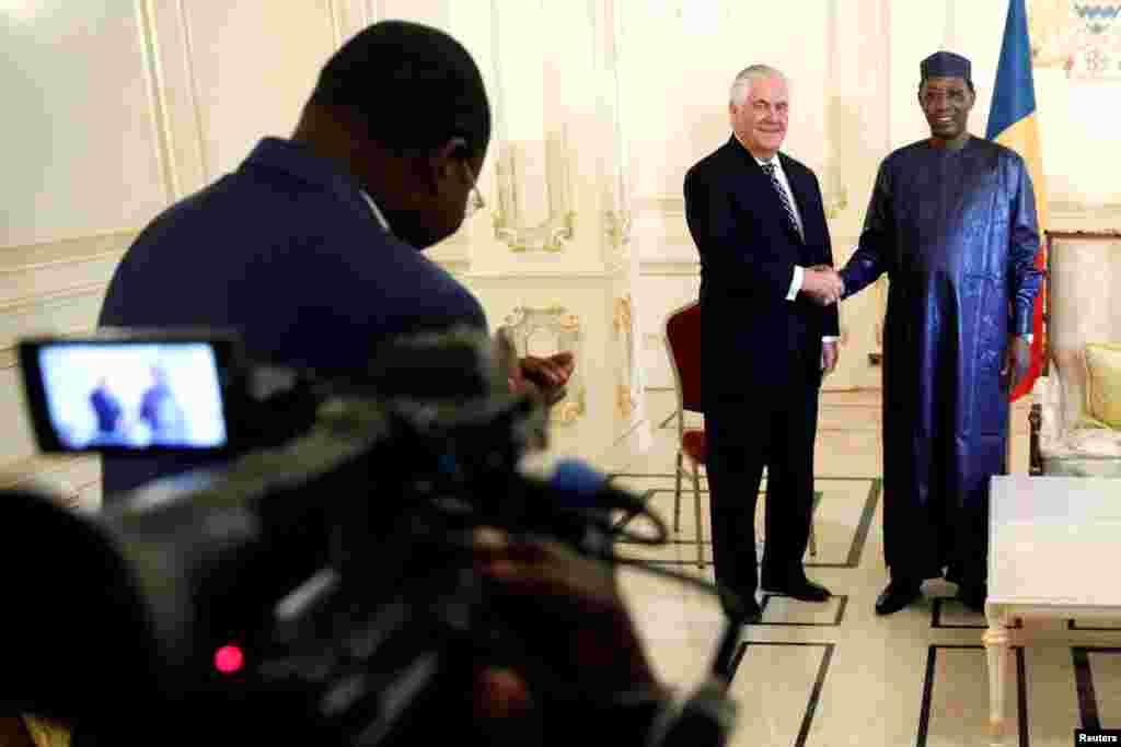 آقای تیلرسون همچنین روز دوشنبه در چاد مورد استقبال رئیس جمهوری این کشور قرار گرفت.
