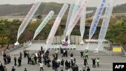 资料照:韩国民间组织和国际活动人士向朝鲜发送反对朝鲜的宣传品。(2011年4月29日)