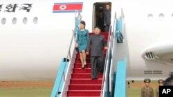 북한 노동당 기관지 `노동신문'이 10일자 1면에 김정은 국방위원회 제1위원장의 전용기를 처음 공개했다. 김 제1위원장 부부가 9일 열린 것으로 추정되는 공군 전투비행술 경기대회를 참관하기 위해 비행기 트랩을 내려오고 있다.
