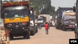 Trucks carrying goods for the Central African Republic are blocked across the border in Garoua Boulay, Cameroon, because rebels protesting the makeup of the new CAR cabinet have cut off the road to the capital, Bangui, March 19, 2019. (M.E. Kindzeka/VOA)