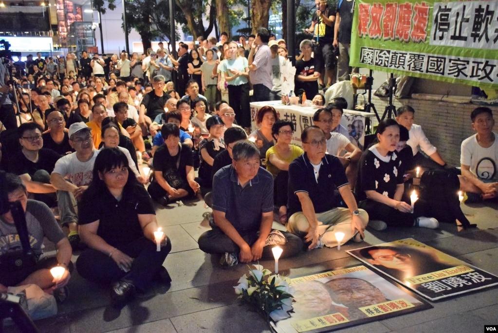 香港市民支援爱国民主运动联合会(简称支联会)6月29日晚上在香港中环终审法院外举行烛光集会,要求北京无条件释放刘晓波。(美国之音汤惠芸拍摄)