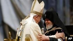 Papa Françesko Pazar günkü ayinde Ermeni Patriği İkinci Karekin ile