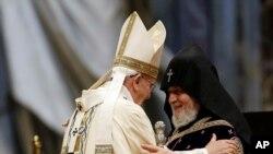 12일 로마 바티칸에서 열린 아르메니아 대학살 사건 100주년 기념 미사에서 프란치스코 로마 교황(왼쪽)이 아르메니아 정교도 카레킨 2세를 맞이하고 있다.