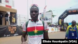 Salfo Bikienda vainqueur de le 3e et de la 4e étapes du Tour du Bénin 2017, au Benin, 13 mai 2017. (VOA/Elisée Hounkpatin)