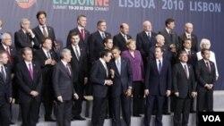 Para kepala negara 28 anggota NATO berpose bersama di Lisbon, Portugal.