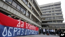 Članovi Obraza protestuju ispred zgrade suda u Beogradu, 20. april 2011