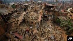 2015年4月26日救援人员在尼泊尔加德满都附近寻找受害者